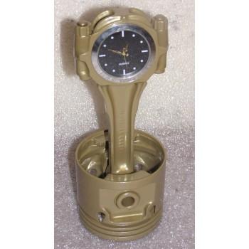 Motor-Kolben aus V8-Motor Gold mit schwarzer Uhr